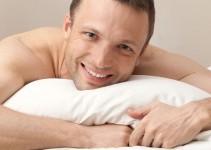 uomo a letto